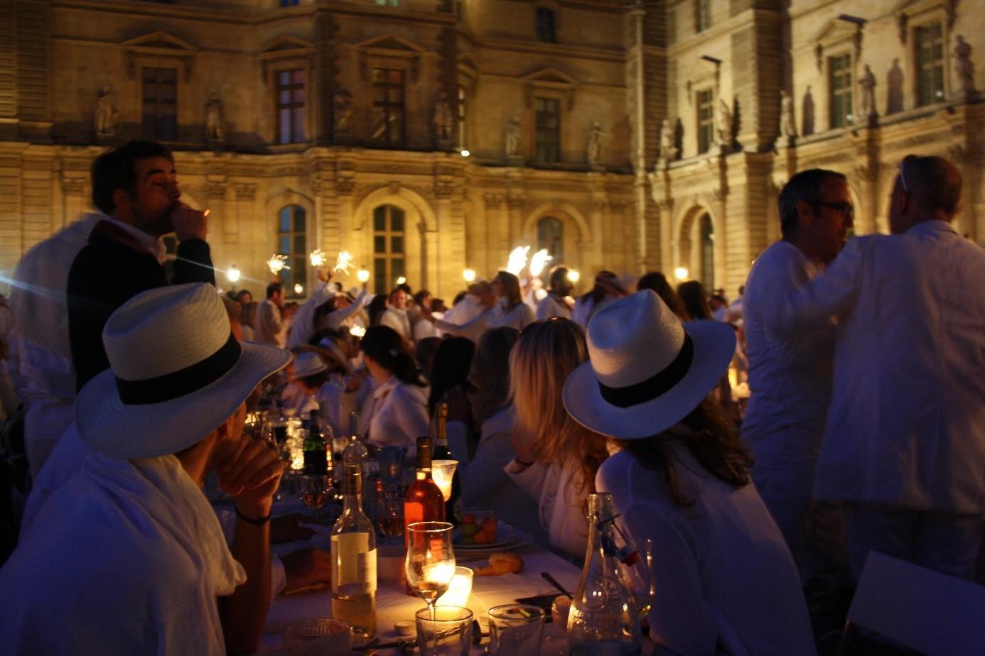 Dinner en blanc im Innenhof Louvre 2013,  https://www.flickr.com/photos/parisharing/9035909927/