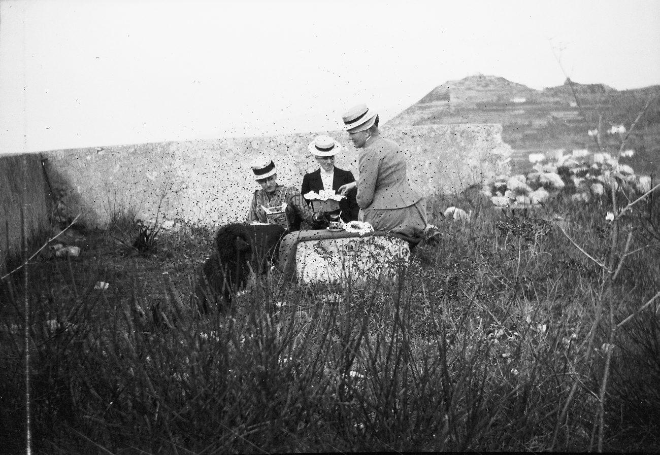 Picknickgesellschaft um 1900,  https://www.flickr.com/photos/tekniskamuseet/8111974019/in/photostream/
