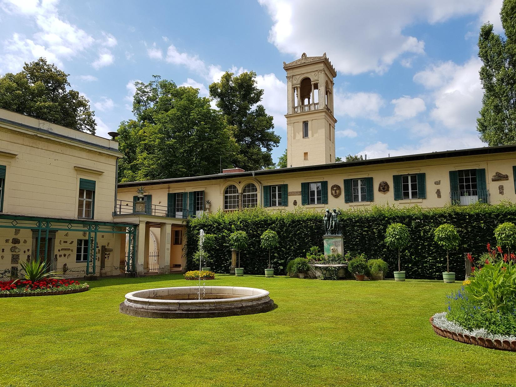 Innenhof von Schloss Glienicke, Foto (c) Andrea Hahn | Text & Presse