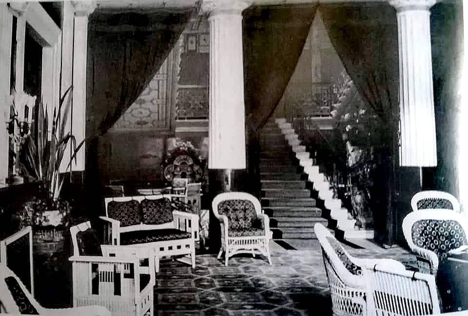 Blick in das Vestibül des Achilleions. Das bequeme Mobiliar wurde auf Wunsch Wilhelms II. angeschafft.