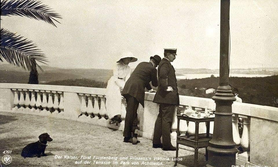 Kaiser Wilhelm II., Fürst Fürstenberg und Prinzessin Viktoria Luise auf der Terrasse im Park des Achileion