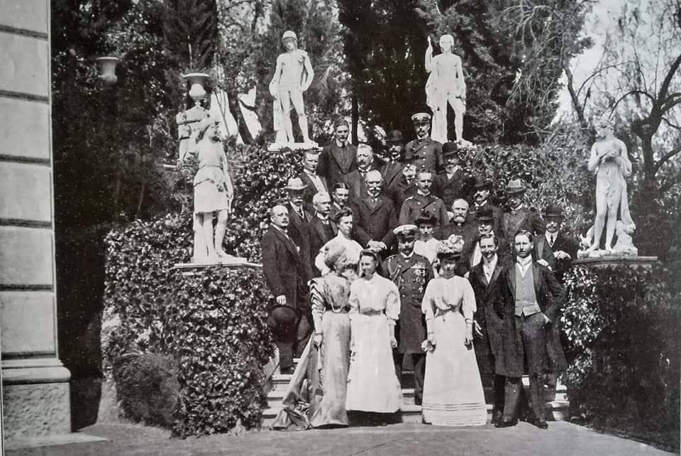 Korfu 1909: Das Kaiserpaar im Kreis der Familie und seiner Gäste im Garten des Achilleions. Rechts vor Kaiser Wilhelm II. steht seine Schwester Kronprinzessin Sophie von Griechenland.