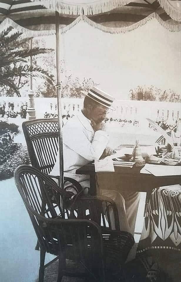Kaiser Wilhelm II. um 1910 während des Aktenstudiums auf der Terrasse des Achilleions.